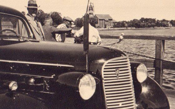 Ludvigs Neiburgs mit seinem Auto
