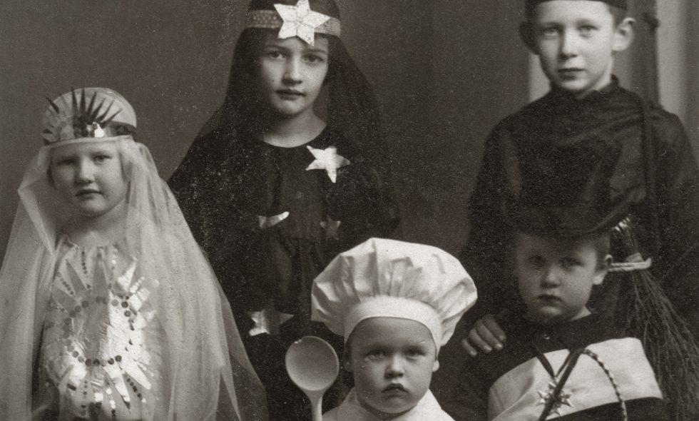 Neiburgu ģimenes bērni karnevāla tērpos ap 1927. gadu.