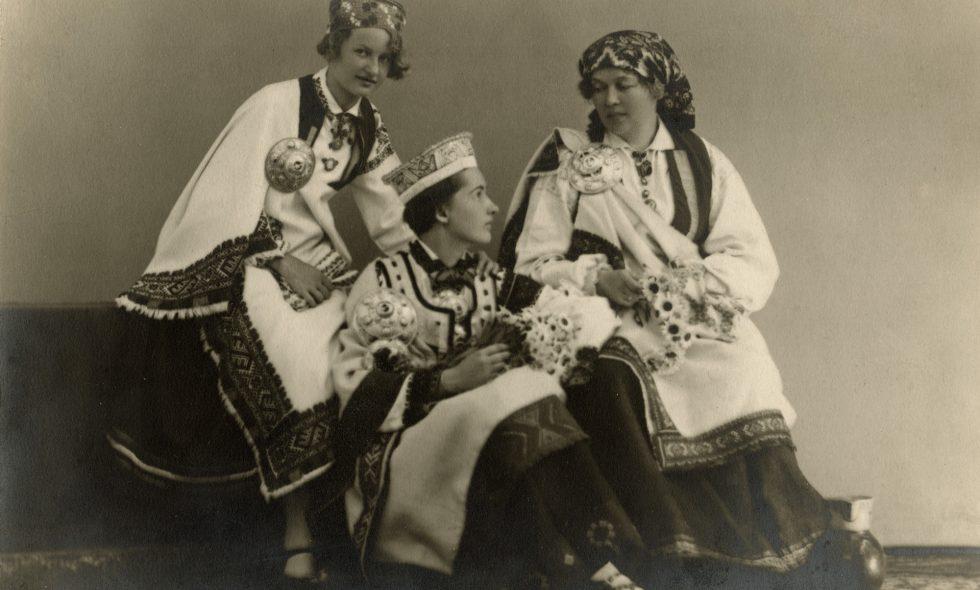 Alma Neiburgs ar meitām Veru Neiburgs un Renāti Neiburgs, mugurā latviešu tautas tērpi.
