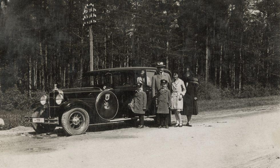 Ludvigs Neiburgs ar ģimeni pie sava automobiļa  Stoewer G15  1928. gadā.