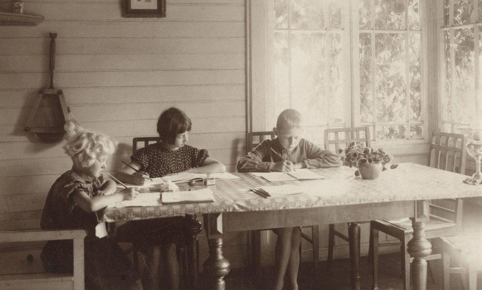 Neiburgu ģimenes bērni mācās lauku mājas verandā Jelgavas rajona Pluģos.