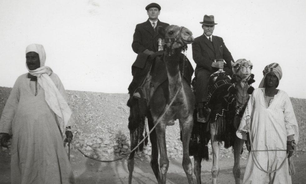 Ludvigs Neiburgs uz kamieļa ceļojumā pa Ēgipti pagājušā gadsimta trīsdesmitajos gados.