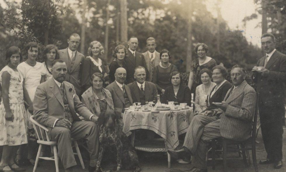 Ludvigs un Alma Neiburgs ar ģimeni un radiem Bulduros. Bērni karnevāla tērpos
