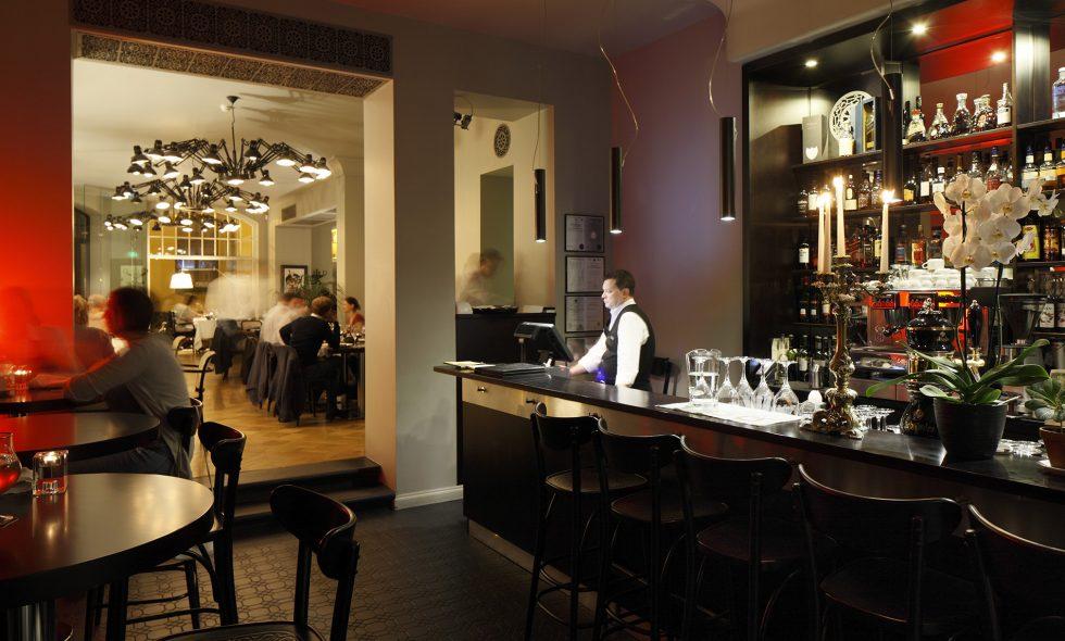 Уютный бар с широким выбором напитков