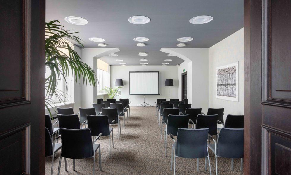 Konferenču zāle ar visu tehnisko aprīkojumu un regulējamu apgaismojumu