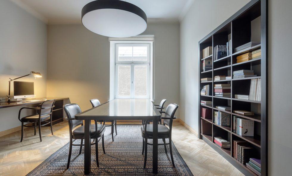 В бизнес-центре – стол для переговоров и хорошее освещение