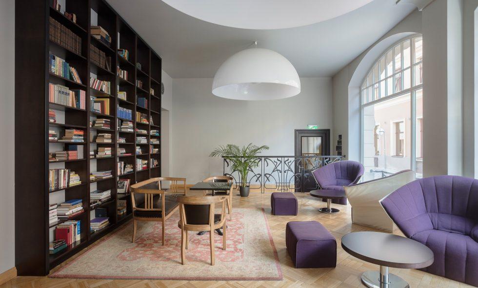 В библиотеке – просторные окна, кресла Ligne Roset, люстры Zava Ociu, отреставрированная антикварная мебель Thonet