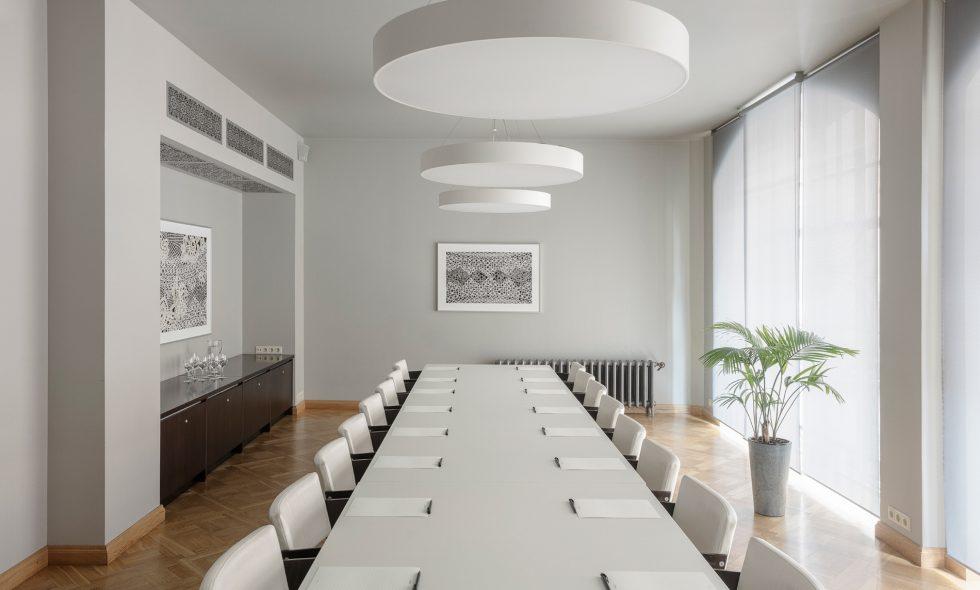 Gaiša konferenču telpa ar dizaina mēbelēm, ko var izmantot arī saviesīgiem pasākumiem