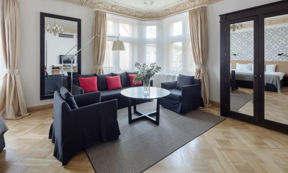 Однокомнатные люкс — Просторные и светлые апартаменты, удобное место для работы и зона отдыха, большие окна на старый город, зеркала в полный рост