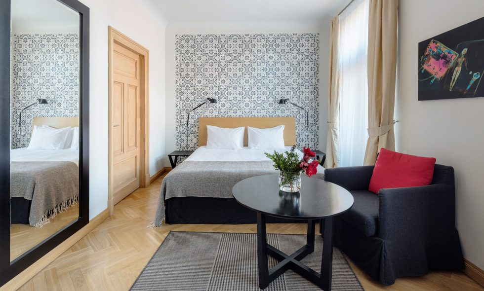 Gaišs apartaments ar diviem logiem, lielu spoguli, dekoratīviem sienas gleznojumiem, parketa grīdu