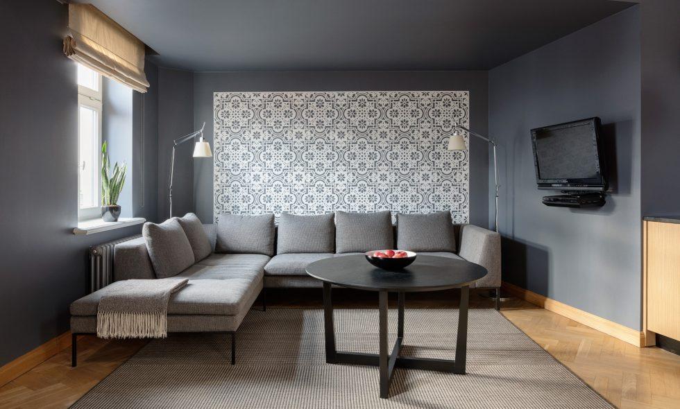 Pirmajā stāvā plaša dzīvojamā telpa ar iebūvētu virtuvi, liels ēdamgalds, atpūtas dīvāni