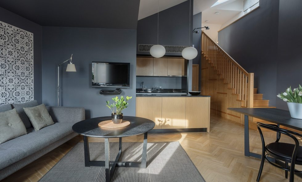 Parquet floors, built-in kitchenette with a counter, designer lamps and furniture
