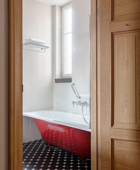 Однокомнатные люкс — Просторная и уютная ванная комната с удобными полками, косметическим зеркалом. Халаты и тапки