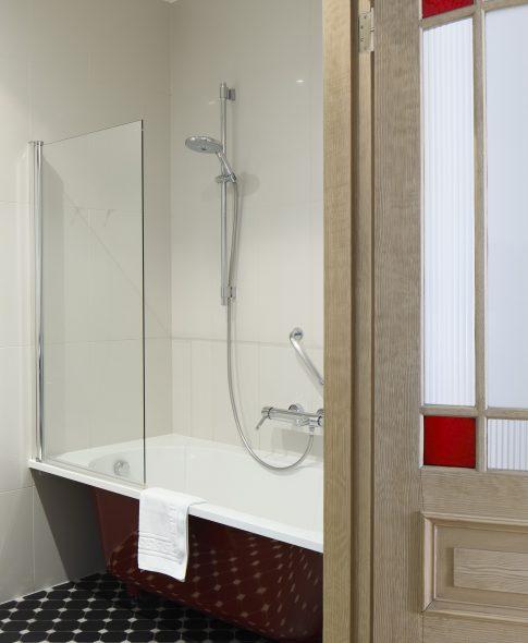 Divistabu apartamenti — Plaša un ērta vannas istaba, ērti plaukti, restaurētas koka durvis