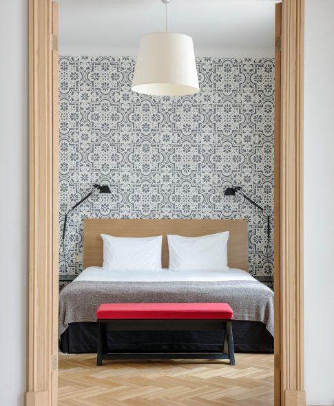 Двухкомнатные апартаменты — Спальня с декоративной настенной росписью, дизайнерские лампы, паркетный пол и дополнительный телевизор