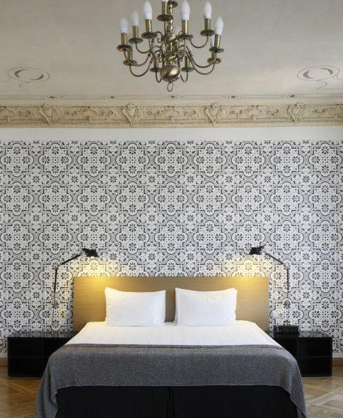 Vienistabas luksusa apartamenti — Ērta divguļamā gulta, dekoratīvs sienas gleznojums, vēsturiski griesti, grezna dizaina lampa