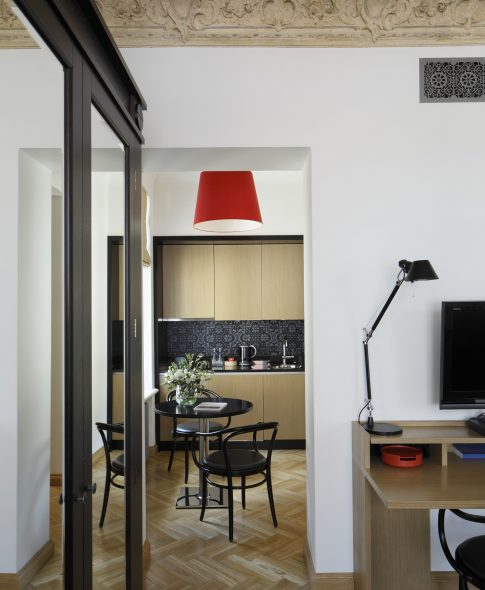 Studio Deluxe — Parquet floor, designer lamps, comfortable work place. Built-in kitchenette and dining table in a separate alcove