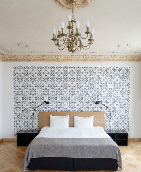Однокомнатные люкс — Удобная двуспальная кровать, декоративная настенная роспись, исторический потолок, роскошная дизайнерская лампа