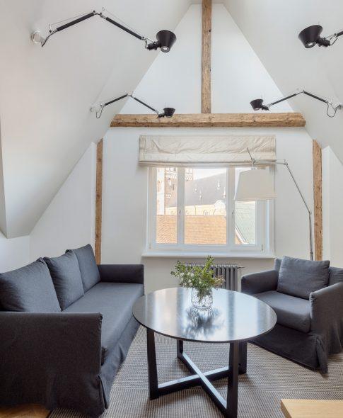 Однокомнатные апартаменты — Светлые апартаменты с двумя окнами, в жилой комнате диван и кресла