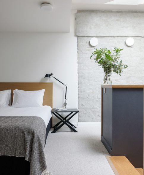 Divstāvu apartamenti — Otrajā stāvā ērta guļamistaba ar plašu vannas istabu. Dizaina lampas Artemida