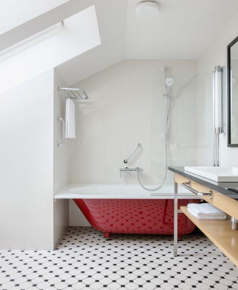 Divstāvu apartamenti — Plaša un ērta vannas istaba ar plauktiem, halāti, kosmētikas produkti